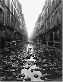 Books float on the street after a library on Rue Jacob, Paris is flooded during the Great 1910 Parisian Flood, publicada en Vintag.es